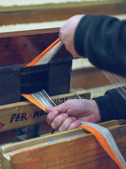 Крупный план человеческих рук, работающих втроем на фабрике — стоковое фото