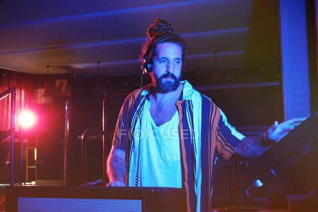 Barbuto dj uomo giocare discoteca musica in un club — Foto stock
