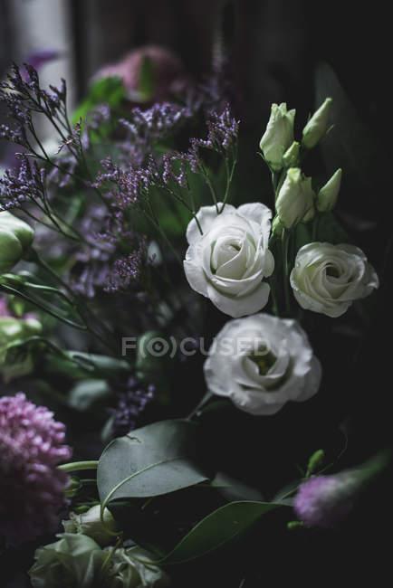 Primer plano de ramo de flores frescas de colores - foto de stock