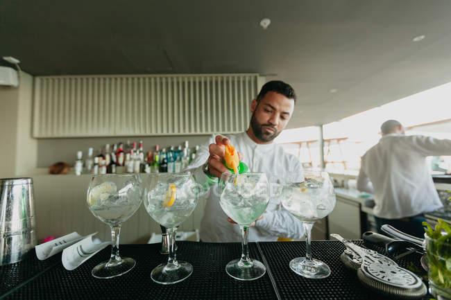 Bartender preparing alcoholic drinks in bar — Stock Photo