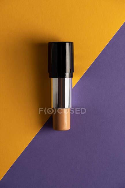 Concealer palo sobre fondo moderno con formas geométricas. - foto de stock
