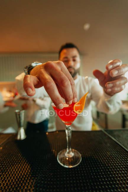 Barista preparare cocktail di arance nel bar — Foto stock