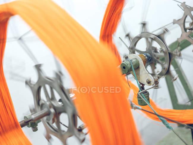 Máquina que cambaleando a linha alaranjada no carretel — Fotografia de Stock
