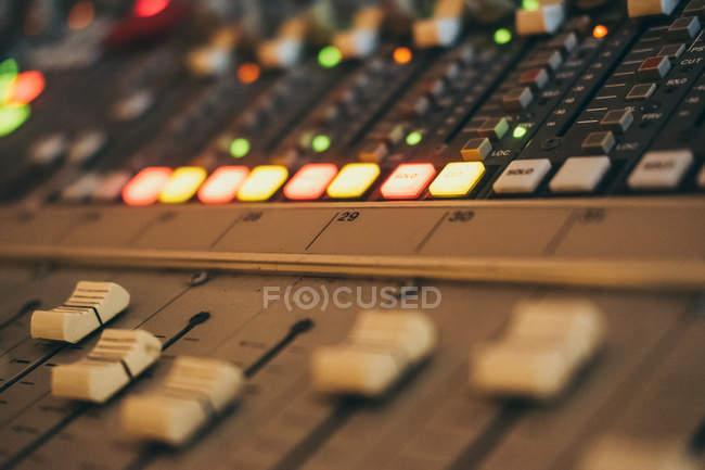 Крупный план музыкального эквалайзера в студии — стоковое фото