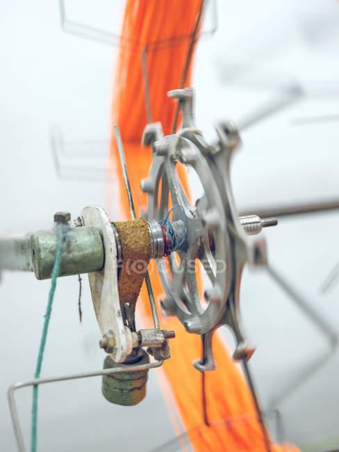Close-up da máquina que cambaleando a linha no carretel — Fotografia de Stock