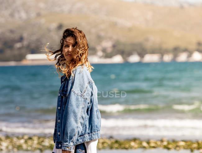 Молодая женщина идет по берегу моря — стоковое фото