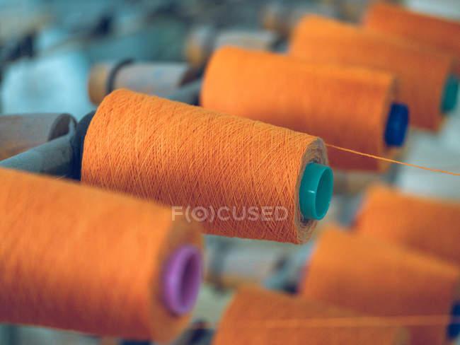 Шпулі нитки на Ткацький верстат на заводі — стокове фото