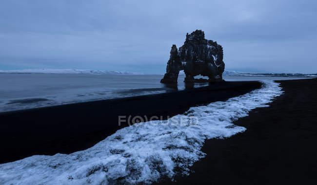Мальовничий вид на гальковий пляж і рок-освіта під похмурою небом в Hvtserkur Ісландії — стокове фото