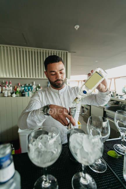 Barman preparing alcoholic drink in bar — Stock Photo