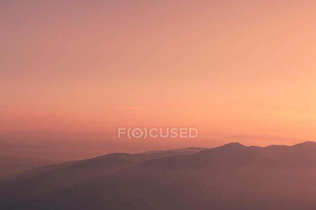 Coucher de soleil ciel sur la crête de montagne — Photo de stock