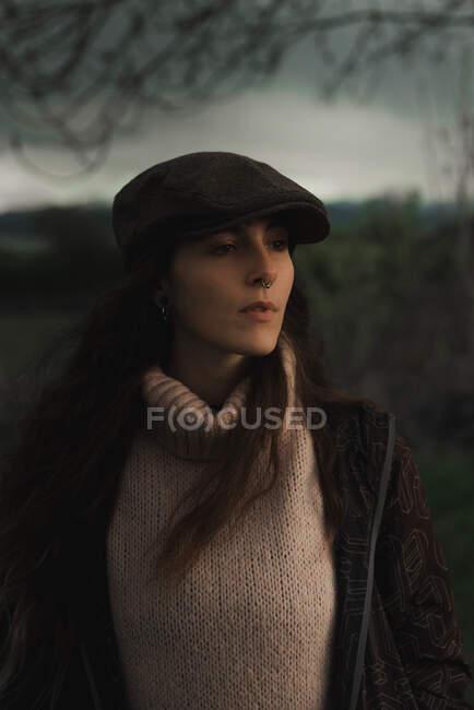 Jeune femme en vêtements chauds dans la forêt — Photo de stock