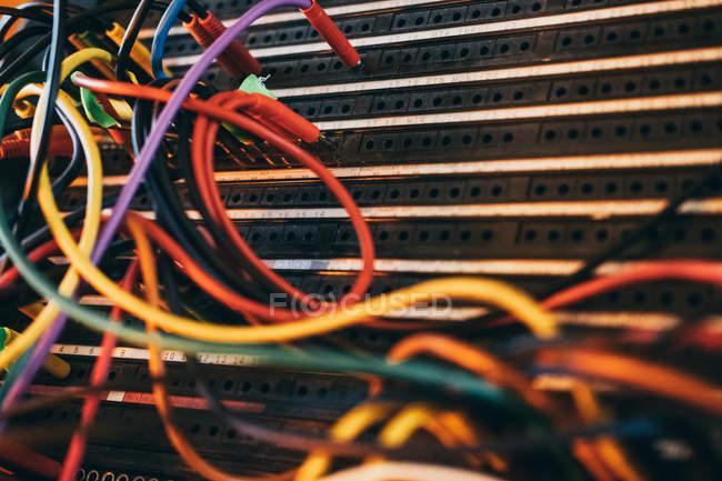 Close-up de cabos estéreo de som de música colorida em estúdio — Fotografia de Stock