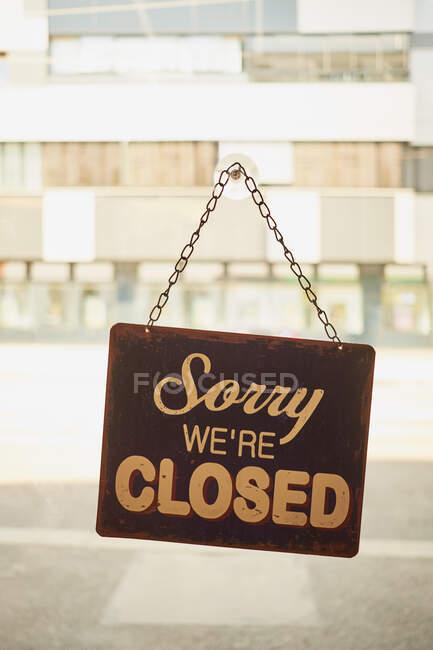 Знак закрытия в окне малого бизнеса с размытым фоном — стоковое фото