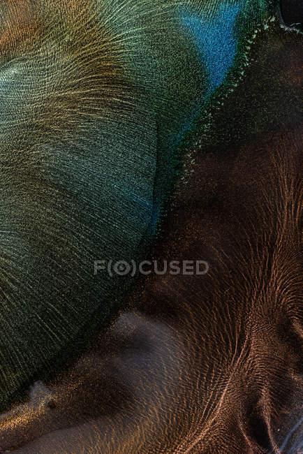 Derrames de tinte metálico multicolor mezclando y extendiendo - foto de stock