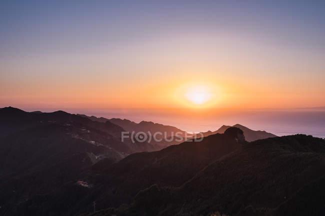 Vista del tramonto luminoso sulle montagne costiere — Foto stock