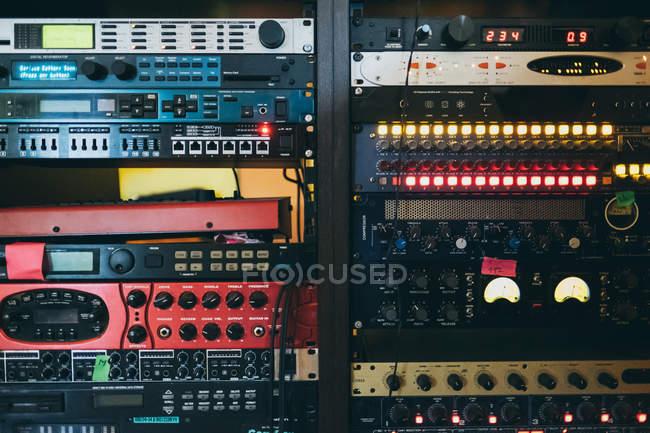 Крупный план музыкальной звуковой стереосистемы — стоковое фото