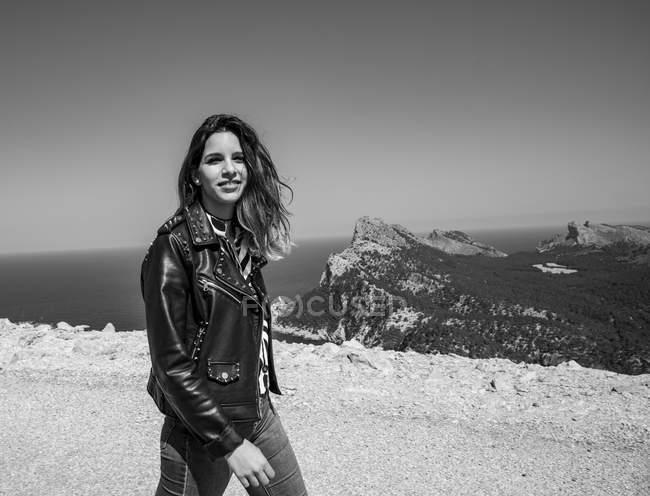 Усміхнена жінка на узбережжі. — стокове фото