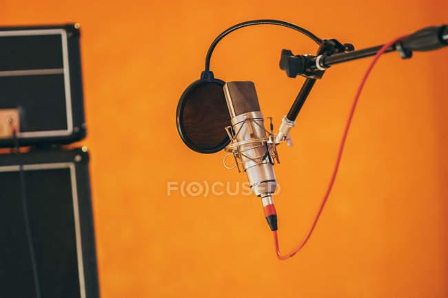 Micrófono profesional en estudio con cable colgante - foto de stock