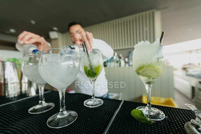 Barman preparing alcoholic drinks in bar — Stock Photo