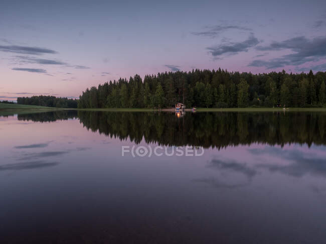 Amazing summer sunset landscape and rural cabin house with river in a forest in Finland — Fotografia de Stock