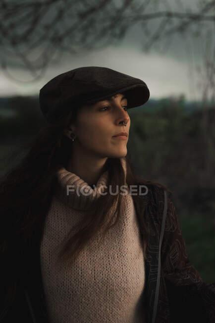 Молода жінка в теплому одязі в лісі — стокове фото