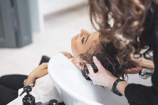 Стіл миє волосся для молодої леді. — стокове фото