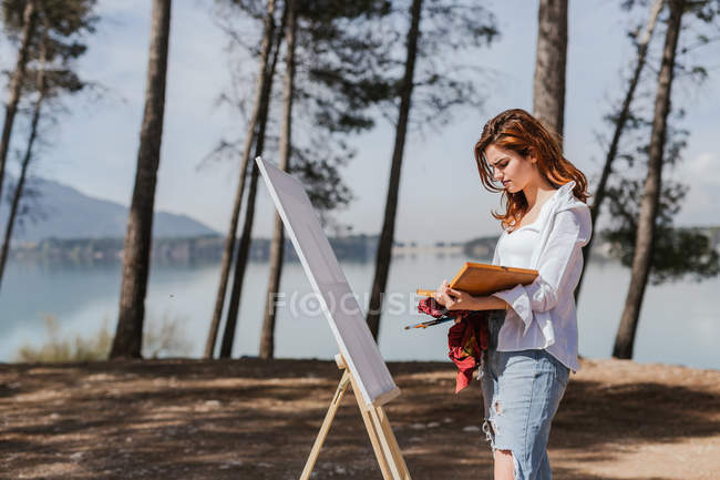 Junge Frau malt auf dem Land — Stockfoto