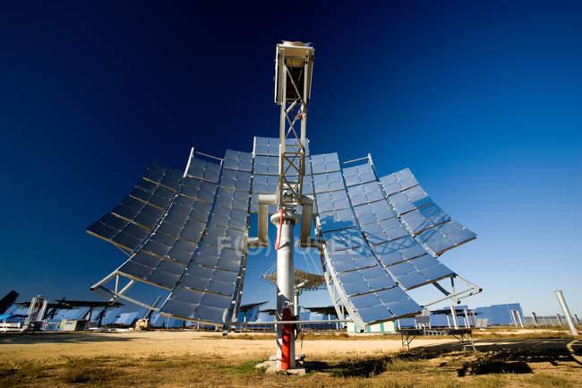 Сучасна Сонячна панель встановлюється в фотоелектричних електростанцій проти безхмарне Синє небо в сонячний день в сільській місцевості — стокове фото
