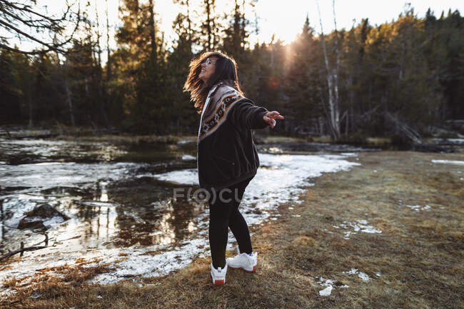 Joyeux jeune femme sur l'étang dans la forêt — Photo de stock