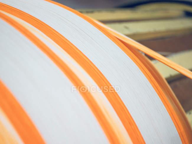Крупний план біло-помаранчевих ниток на Ткацький верстат — стокове фото