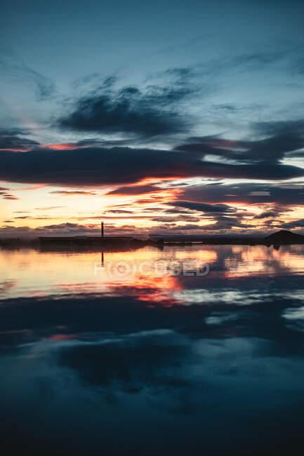 Hermoso lago con montañas en luz naranja - foto de stock