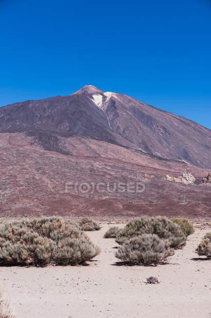 Мальовничий вид на віддалений гірський пік проти яскравого синього неба в Іспанії — стокове фото