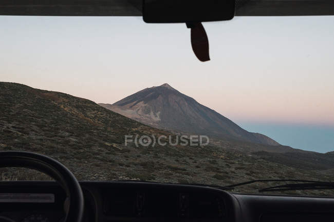 Vue de montagne par la fenêtre de la voiture au coucher du soleil — Photo de stock