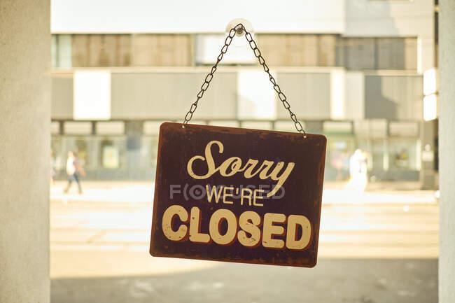 Panneau fermé à la fenêtre de la petite entreprise avec fond flou — Photo de stock