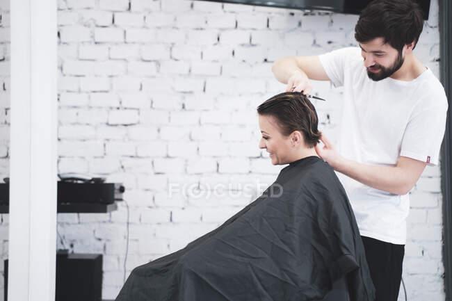 Parrucchiere taglia i capelli delle donne con le forbici — Foto stock