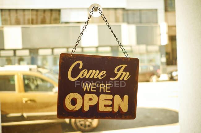 Sinal aberto na janela do negócio pequeno com fundo borrado — Fotografia de Stock