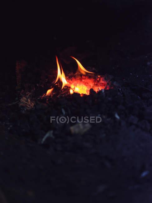 Chauffage au métal dans un ancien four forgeron sur charbon dans un atelier traditionnel — Photo de stock