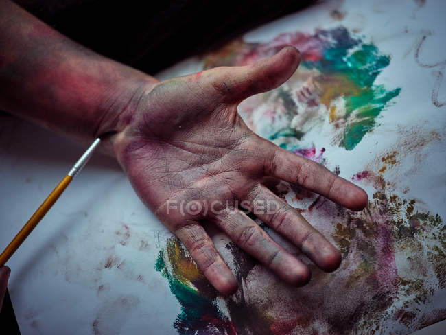 Проколотий образ хлопчика, намальований яскравими фарбами на полотні. — стокове фото