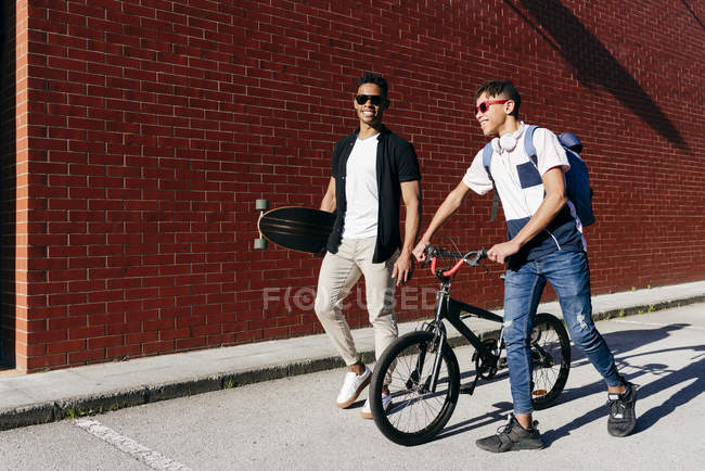 Jovens afro-americanos homens alegres andando na cidade — Fotografia de Stock