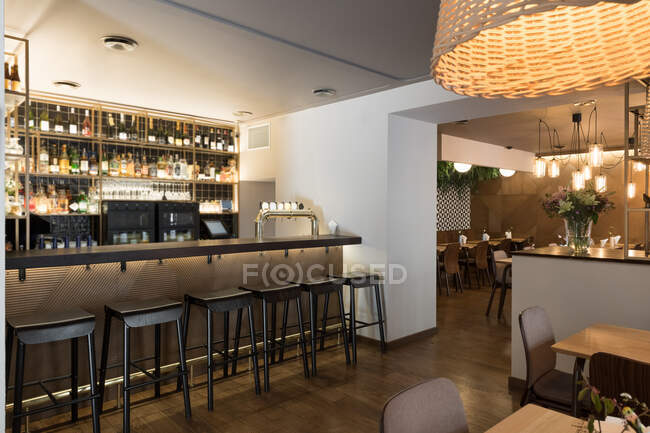 Counter and stools of small bar inside stylish cozy restaurant — Stock Photo