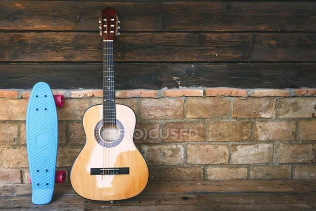 Gitarre und Cruiser Skateboard — Stockfoto