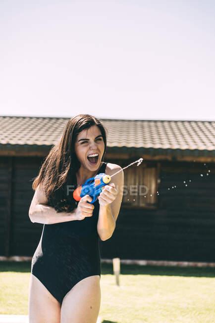 Frau zielte mit Wasserpistole — Stockfoto