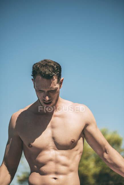Добрий мускулистий чоловік у сонячний день. — стокове фото