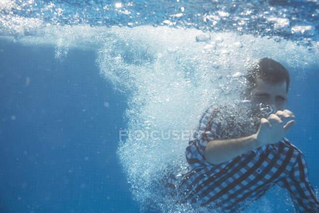 Giovane uomo nuotare sott'acqua — Foto stock