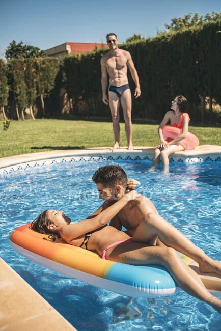 Persone che riposano in piscina — Foto stock