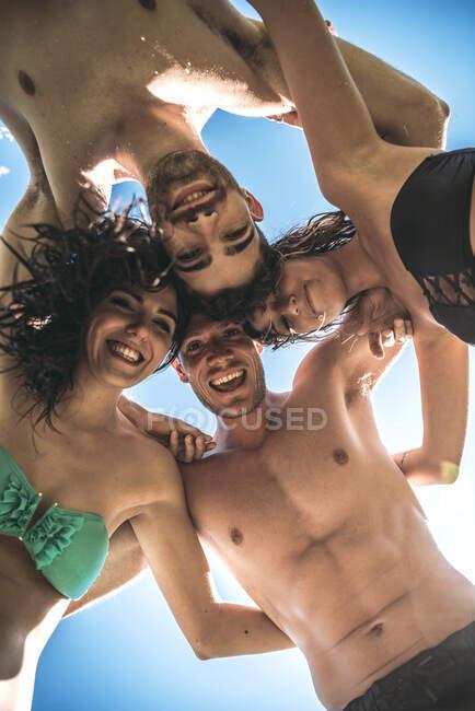 Amici che si abbracciano in posa per foto — Foto stock