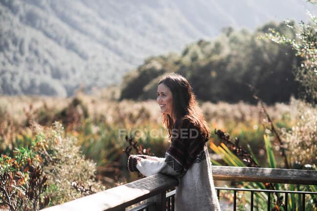 Жінка з задоволенням дивиться на природу — стокове фото