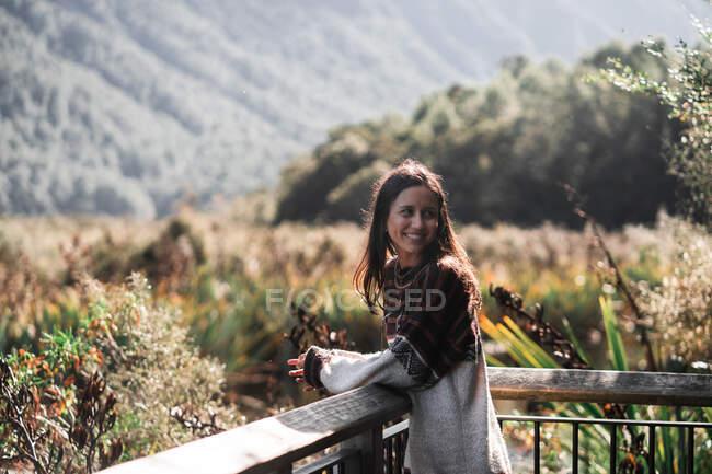 Mulher desfrutando de vista da natureza — Fotografia de Stock