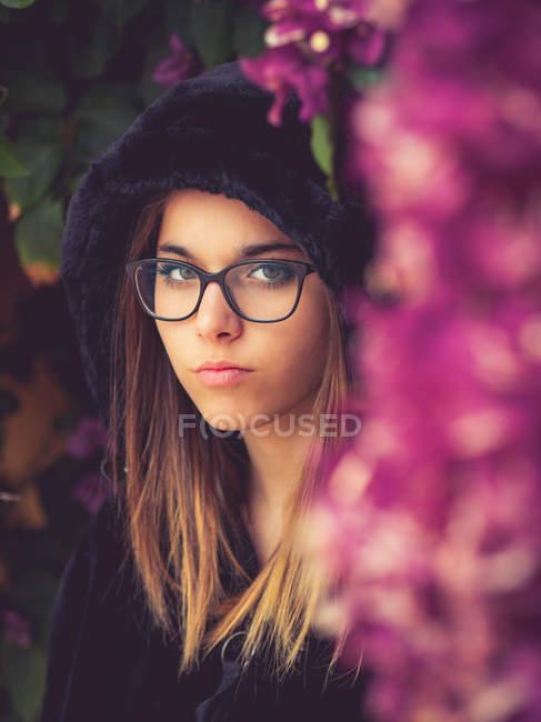 Frau auf dem Hintergrund der atemberaubenden violetten Blumen — Stockfoto