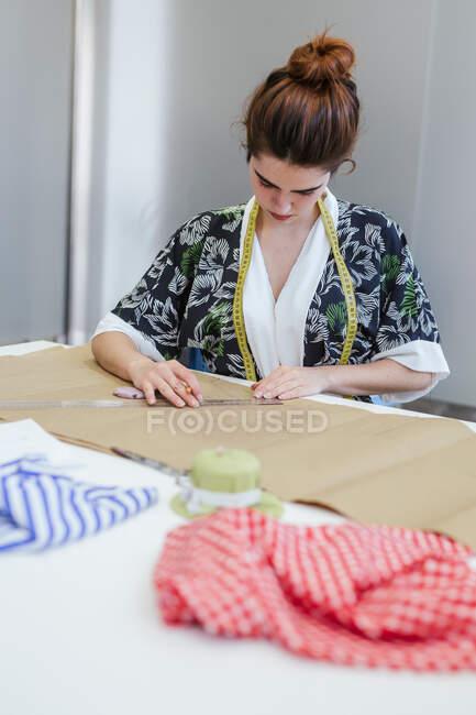 Estudante adolescente praticando costura na máquina moderna em oficina acolhedora — Fotografia de Stock